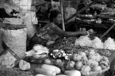 아라칸 주 시뜨웨 시장에서 한 상인이 야채를 다듬고 있다. 한때 300 여개에 달했다는 무슬림 상점은 지난 해 학살 이후 모조리 쓸려나갔다. (Photo © Lee Yu Kyung 2013)