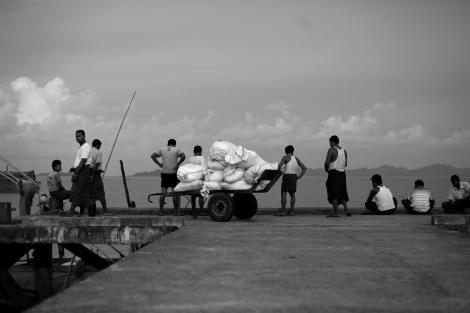 아라칸 주 시뜨웨 부둣가. 2012년 학살 전후 수많은 무슬림들이 이 곳을 거쳐 피난을 갔고, 그중 일부는 보트피플로 주변국을 떠돌고 있다. (Photo © Lee Yu Kyung 2013)