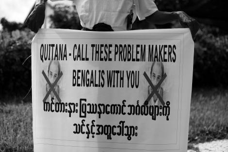 8월 버마를 방문한 유엔인권대사 토마스 콴타나에 항의하는 라까잉 불교도 주민들의 시위. 토마스가 '벵갈리' ('로힝야'를 부정하는 경멸적 호칭) 에 편향적이라는 게 이들이 시위하는 이유다. (Photo © Lee Yu Kyung 2013)