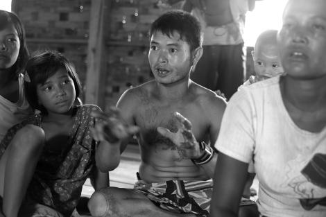 2012년 폭력사태 초기 로힝야 무슬림들의 폭력으로 피난민이 되었던 라까잉 불교도 난민이 당시 상황을 설명하고 있다. 이들은 이구동성으로 ''무슬림은 꼴도 보기 싫다''고 말한다. (Photo © Lee Yu Kyung 2013)