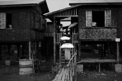 지난해 폭력사태 초기 로힝야 무슬림들의 폭력으로 피난민이 되었던 라까잉 불교도들은 최근 한 캠프지대에 모여 산다. 난민캠프라기 보다는 방갈로 촌을 연상케 하는 이들의 주거지에는 주정부의 손길이 곳곳에 묻어 있다. (Phhoto © Lee Yu Kyung 2013)