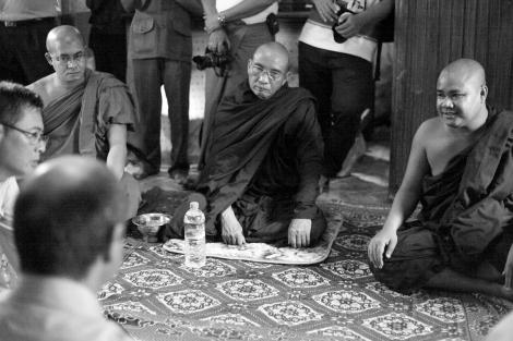 28.8월 버마를 방문한 유엔인권대사 토마스 콴타나가 시뜨웨 쉐자디 사원에서 승려들과 면담 중이다. 2007년 샤프란 혁명 당시 시위대 앞열을 채우던 이 승려들은 라까잉 민족주의로 무장된 이들이다. '벵갈리' ('로힝야'를 부정하는 경멸적 호칭) 에 편향적인 유엔대사에게 자신들의 입장을 설명하고 있다. (Photo © Lee Yu Kyung 2013)