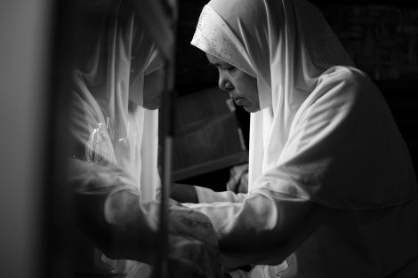 A Muslim woman in Meiktila was repairing cloths by sewing machine at home. Before and after the March massacre, Muslim business and their livelihood have been heavily affected by the violence as well as the 969 boycott. (Photo © Lee Yu Kyung 2013)