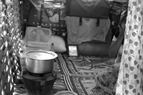 멕띨라 피난민(IDPs)캠프 한 가옥에 무슬림 여성이 앉아 있다. 학살 후 반년 가까이 흘렀지만 무슬림 난민들은 언제 살던 땅으로 돌아갈 수 있을지 기약이 없다.  8월말 현재 4개의 피난민 (IDPs) 캠프에는 약 4천명의 난민들이 머무를 것으로 알려져 있다. 이중 정부가 관리하는 3개의 캠프는 이동의 자유가 제약받고 있다. (Photo © Lee Yu Kyung 2013)