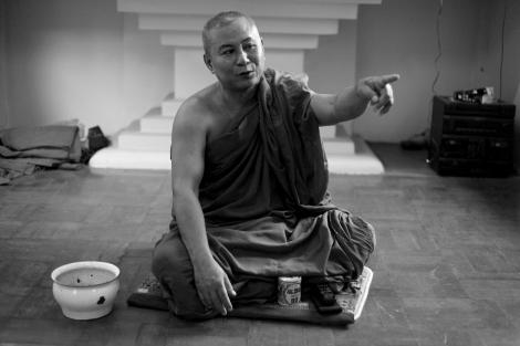 랑군의 '샤프란 혁명' 성지로 불리는 쉐와영 사원의 승려 우 피 쵸. 우 위라뚜의 969 운동을 거부하는 그지만 로힝야에 대한 인식도 ''방글라데시 이민자들''이고 ''침범자''들이다. (Photo © Lee Yu Kyung 2013)