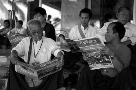88항쟁 25주년을 맞은 대규모 기념 행사장에서 시민들이 신문을 들여다 보고 있다. 소위 개혁을 추진 중인 들어선 버마에 가장 두드러진 변화는 바로 언론의 자유다. 민간신문들이 쏟아져 나오고 있고, 시민들은 자유롭게 '골라' 읽을 수 있다. 그러나 이 언론자유가 '혐오 스피치의 자유'라는 부작용을 나았다. 또한 개선된 언론자유는 로힝자/무슬림 이슈에 관한한 예외적이다. 이들 이슈가 관련된 지역에선 스파이들의 활동도 여전하다. (Photo © Lee Yu Kyung 2013)