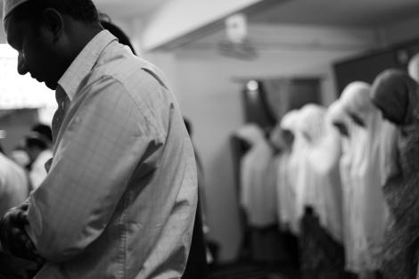 랑군거주 무슬림들이 이프타 (Iftar, 라마단기간 하루 단식을 끝내는 식사) 를 나누기에 앞서 기도를 드리고 있다.  약 2년간의 개혁 움직임에 버마내외에는 화기애애함이 넘치지만 무슬림들은 예외다. 지난 해 반 로힝자/무슬림 폭력 사태를 거치며 그 어느때 보다도 불안한 시간을 보내고 있다. (Photo © Lee Yu Kyung 2013)