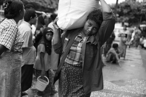 라마단 기간 랑군 시내 한 무슬림 엔지오에서 주변 빈곤 계층에게 구호식량을 배급하고 있다. 무슬림 커뮤니티의 자선활동은 라마단 기간 더욱 강화된다. (Photo © Lee Yu Kyung 2013)