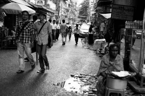 랑군 거리. 옛수도이자, 버마 입국의 주 관문인 랑군은 지난 2년간의 개혁으로 화기애애한 분위기가 품어나고 있다. 최근 아라칸 주, 중북부 버마 등지에서 반 무슬림 폭동이 재개되면서 랑군은 무슬림에게 가장 안전한 피신처가 되고 있다. (Photo © Lee Yu Kyung 2013)