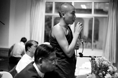 만달레이 출신 젊은 승려 아신 지나(Ashin Jinay)가 무슬림들의 기자회견장에 참석하여 종교간 하모니를 역설하고 있다. 승려의 이런 행보는 최근 종교, 인종 갈등이 깊어지는 버마에서 대단한 용기가 필요한 행위다. (Photo © Lee Yu Kyung 2013)