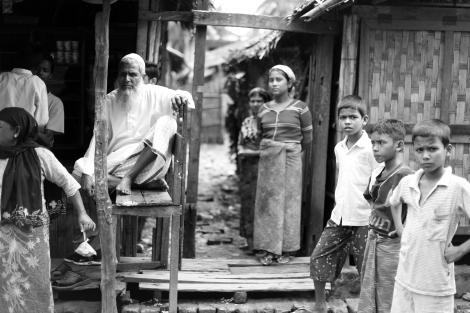 2012년  반 로힝야 /무슬림 학살은 아라칸 주 무슬림 커뮤니티 (절대다수 로힝야)를 마비시켰다. 버마 시민권을 박탈당한 로힝야족을 일컬어 유엔은 지구상에서 가장 박해받는 커뮤니티라 말한다. (Photo © Lee Yu Kyung 2013)
