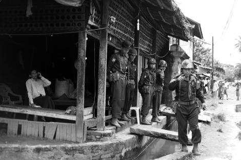 아웅 밍갈라 안에 주둔 중인 보안군이 사진 촬영에 거부감을 보이고 있다.  시뜨웨 도심 복판 무슬림 게토인 아웅 밍갈라안에는 무장 보안군들이 주둔해 있다. (Photo © Lee Yu Kyung 2013)