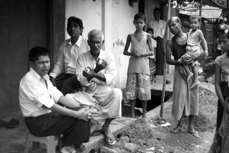 아웅 밍갈라 주민이 이동의 자유가 없는 처지를 몸짓으로 표현하고 있다. 체크포인트와 철사망으로 둘러쳐진 아웅 밍갈라의 무슬림 주민들은 안팎으로 드나들 자유가 없다. (Photo © Lee Yu Kyung 2013)