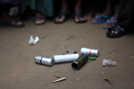 8월 9일 오후 2차 폭력사태가 발생한 보두바 캠프에 남겨진 총탄들. '고무총탄만 쐈다'는 캠프 밖 일부 소문과 달리 고무탄, 실탄 등 골고루 사용되었다. (Photo © Lee Yu Kyung)