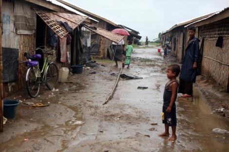 시뜨웨 외곽에 위치한 로힝자/무슬림 캠프. 캠프와 마을이 같은 이름을 달고 광활하게 펼쳐져 있는 이곳은 밖으로 자유롭게 드나들 수 없는 무슬림 게토다. (Photo © Lee Yu Kyung)