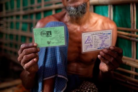 한 로힝자 난민이 82년 시민권법 이전에 발급받았던 국민등록카드 (NRC), 소위 '구 그린카드' (현재 '귀화시민'에게도 그린카드가 발급된다)  와 로힝자에게 발급된 화이트 카드 모두를 보관하고 있다. 전자는 로힝자들이 과거 시민이었음을 입증하고, 후자는 선거때 '여당찍기' 동원용이나 이동허가를 신청할때 쓰인다. (© Lee Yu Kyung)