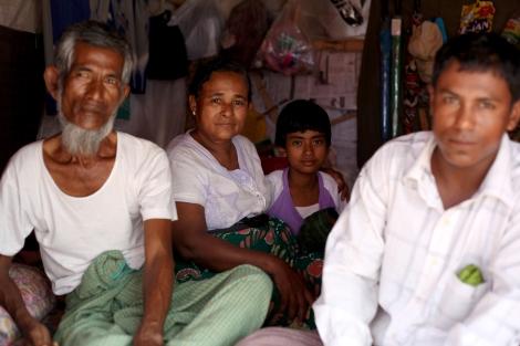 » 메이크틸라 학살 뒤 반년 가까이 지났지만 무슬림 난민들은 언제 살던 곳으로 돌아갈 수 있을지 기약이 없다. 만달레이주 안에 설치된 4개 난민촌에는 무슬림 4천여 명이 머무르고 있다. (Photo © Lee Yu Kyung 2013)