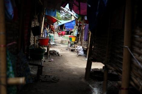 멕띨라 학살 후 반년 가까이 흘렀지만 무슬림 난민들은 언제 살던 땅으로 돌아갈 수 있을지 기약이 없다.  8월말 현재 4개의 피난민 (IDPs) 캠프에는 약 4천명의 난민들이 머무를 것으로 알려져 있다. 이중 정부가 관리하는 3개의 캠프는 이동의 자유가 제약받고 있다. (Photo © Lee Yu Kyung 2013)