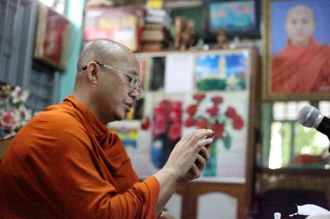 969 승려 우 위라뚜가 휴대폰으로 SNS를 보고있다. 그는 인터뷰 내내 틈만 나면 휴대폰이나 테블릿 PC를 볼 만큼 SNS에 적극적이다. 그가 주도하는 반 이슬람 혐오 스피치는 SNS를 중심으로 한 인터넷 공간에서 매우 광범위한 자유를 누리고 있다. 비평가들은 인터넷 공간이 이슬람혐오를 조장한다고 지적하고 있다. (Photo © Lee Yu Kyung 2013)