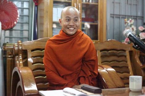 우 위라뚜는 반 무슬림 보이콧을 벌이는 969운동의 대표적 승려다. 2003년 촉세 지방에서 종교 폭동을 부추긴 혐의로 수감생활 중 지난 해 초 대통령 특사로 석방되었다. 그는 ''민코나잉(88세대)과 같이 석방되었다''는 점을 강조한다. 현재 만달레이 마수에인 사원의 주지승이다. (Photo © Lee Yu Kyung 2013)