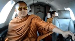최근 인터넷에 공개돼 비난이 빗발친 타이 승려 루앙 푸 넨캄(앞줄)의 제트기 여행 동영상. 이 제트기는 1회 탑승료가 우리 돈으로 1천만원이 넘는다.유튜브 동영상 화면 갈무리
