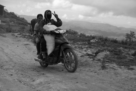 Thousands of Kachin IDPs were fleeing Nam Lim Pa, Mansi township in various means, including motorcycle as government troops have intruded into their village and IDPs on November 16. Subsequently heavy fighting between KIA and government troops broke out around 7am on November 17. (Photo © Lee Yu Kyung 2013)