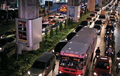 잉락 친나왓 정부의 '첫차 세금 환불제'는 안 그래도 교통지옥이던 방콕 거리에 더 많은 차들을 쏟아냈다. (Photo © Lee Yu Kyung 2013)