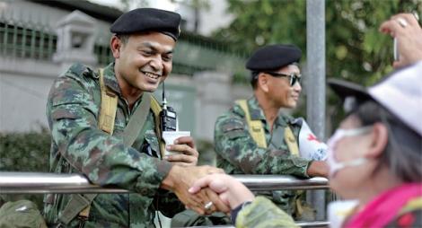 국왕 생일을 앞두고 극적인 휴전이 이뤄진 가운데, 왕정을 지지하는 반정부 시위대가 군인과 악수하고 있다. 군이 자기들 편이라는 왕정주의자들의 믿음은 견고하다. (Photo © Lee Yu Kyung 2013)