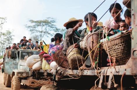 카친의 비정부기구(NGO) 들이 피란민 수송을 위해 제공한 구형 트럭들에는 안전장치가 없다. 피란민들은 짐칸 위에 얼기설기 엮은 밧줄에 의지해 험한 산길을 오간다. (Photo © Lee Yu Kyung 2013)