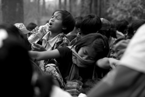Fleeing IDPs had first trekked through the jungle until they have met trucks or motorcycles organized by local NGOs. Black smog and dust have caused severe headache dizziness and suffocation. (Photo © Lee Yu Kyung 2013)