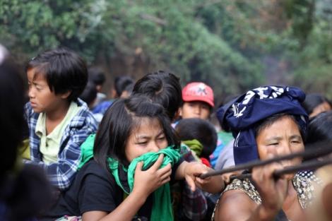 피란민을 태운 구형 트럭은 연신 검은 매연을 뿜어낸다. 매연의 독성 때문에 아이들이 옷가지로 코와 입을 틀어막고 숨을 쉬어야 한다. (Photo © Lee Yu Kyung 2013)