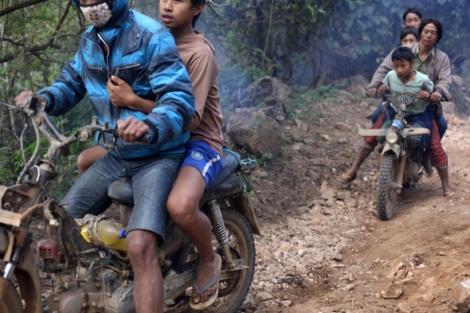 피란민 수송을 위해 주민들의 오토바이도 동원됐다. 작은 오토바이의 앞뒤로 아이들 3명이 위태롭게 매달려 있다. (Photo © Lee Yu Kyung 2013)
