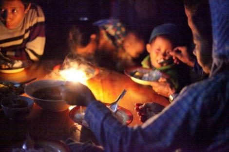 공유양 마을에 도착한 피란민들이 주민들과 구호단체가 마련한 음식을 먹고 있다. 아이와 여성이 절대다수인 피란민들은 영양 상태가 좋지 않다. (Photo © Lee Yu Kyung 2013)