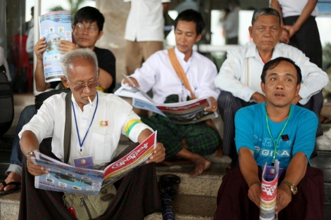 88항쟁 25주년을 맞은 대규모 기념 행사장에서 시민들이 신문을 들여다 보고 있다. 소위 개혁을 추진 중인 들어선 버마에 가장 두드러진 변화는 바로 언론의 자유다. 민간신문들이 쏟아져 나오고 있고, 시민들은 자유롭게 '골라' 읽을 수 있다. 그러나 이 언론자유가 '혐오 스피치의 자유'라는 부작용을 나았다. 또한 개선된 언론자유는 로힝야 / 무슬림 이슈에 관한한 예외적이다. 이들 이슈가 관련된 지역에선 스파이들의 활동도 여전하다. (Photo © Lee Yu Kyung 2013)