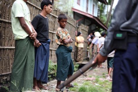 아웅 밍갈라 (Aung Mingalar)는 아라칸 주 주도(主都) 시뜨웨 시의 마지막 무슬림 구역이다.  이곳에 사는 로힝자 무슬림 주민들은 안팎으로 자유롭게 드나들 수 없으며 체크포인트로 둘러쌓인 구역안에는 보안군이 주둔 중이다. (Photo © Lee Yu Kyung 2013)