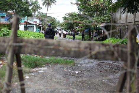 2012년 버마 서부 아라칸 주에서 발생한 반 로힝야 / 무슬림 학살 이후, 주도(主都) 시뜨웨 시 '아웅 밍갈라'는 마지막 무슬림 구역으로 남아 있다. 체크포인트와 철조망으로 막힌 이 구역 안 무슬림들은 안팎으로 들고날 이동의 자유가 없다. (Photo © Lee Yu Kyung 2013)