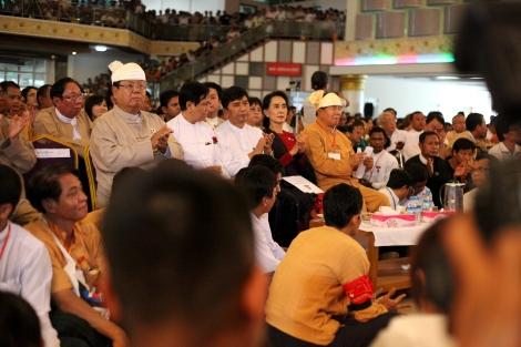 2013년 랑군 88항쟁 25주년 행사장에 참석한 (NLD) 대표 아웅산 수치. 출범이 코앞에 다가온 NLD 정부는 자원개발의 독점과 분쟁의 악순환을 해결 해야 할 과제도 요구받고 있다. 카친 시민사회가 민주정부하에서 자원개발의 투명성이 보장되기 전까지는 광산 채굴을 중단할 것을 꾸준히 요구해왔다. ( © Lee Yu Kyung)