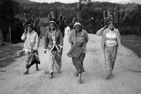Villagers in 'Gong-Yu-Yang' village in Kachin state. The  village had been intruded and occupied by government forces in December 2012. Villagers fled then to the jungle nearby. (© Lee Yu Kyung)