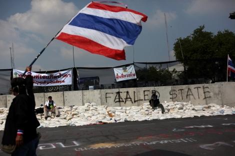 지난 12월 1일 경찰과의 충돌이 잠시 멈춘 사이, 반정부 시위대원이  콘크리트  바리케이트 앞에서 국기를 흔들고 있다. (Photo © Lee Yu Kyung 2013)