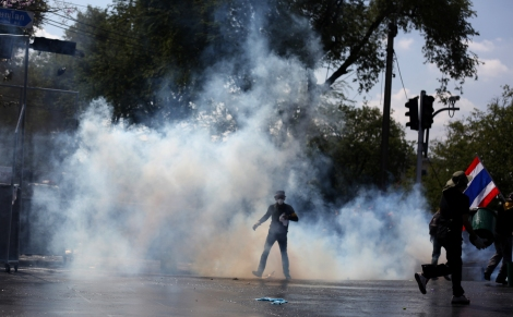 타이 반정부 시위대가 총리 관저가 있는 정부청사 진입을 시도하려하자 경찰이 최루탄과 물대포를 쏘고 있다. 사면반대 법안 반대로 시작된 타이 반정부 시위는 시간이 흐를 수록 주장과 시위 방식이 과격해졌다. 의회해산도, 조기총선도 거부하는 이들은 민주적으로선출된 잉락 정권을  타도하고 국왕이 임명하는총리와 임명직들로구성된 '인민위원회' (People's Council) 를 주장하고 있다. (Photo © Lee Yu Kyung 2013)