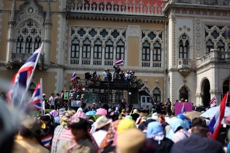 12월 3일 오전 국왕 생일을 이틀 앞두고 반정부 시위대와 정부간에 휴전이 이뤄졌다. 총리 공관이 있는 정부 청사문이 열리자, 반정부 시위대는 청사안 잔디밭으로 모여들었다. (Photo © Lee Yu Kyung 2013)