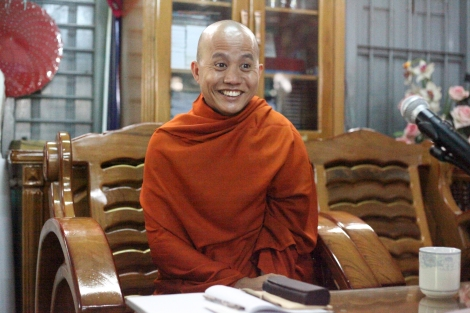 반 무슬림 보이콧을 벌이는 969운동의 대표적 승려 우 위라뚜는 2003년 촉세 지방에서 종교 폭동을 부추긴 혐의로 수감생활 중 지난해 초 대통령 특사로 석방되었다. (Photo © Lee Yu Kyung 2013)