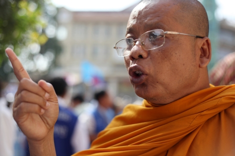 Monks are among opposition supporters on January 14 in front of Phnom Penh court. (Photo © Lee Yu Kyung)
