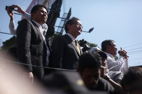 """After having been questioned for hours, Cambodia's opposition leader Sam Rainsy appears before crowd on January 14. He, along with his deputy and one unionist, is accused of """"inciting civil unrest"""" during the recent workers' strike, which was violently crack downed by elite paratrooper 911 forces and military police. (Photo © Lee Yu Kyung)"""