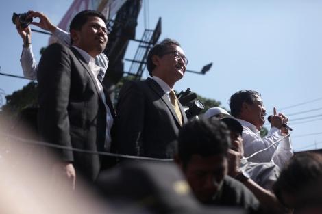 삼랭시, 캄보디아 구국당 (CNRP) 대표가 지난 1월 14일 프놈펜 지방 법원의 조사를 받고 나온 뒤 지지자들 앞에섰다. (Photo © Lee Yu Kyung 2014)