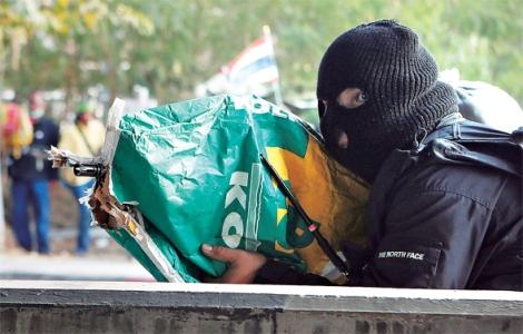 지난 2월 1일 총선 전날 방콕 북부 락시구에서 복면을 쓴 채 레드셔츠를 향해 소총을 겨누는 일명 '팝콘 총잡이'.