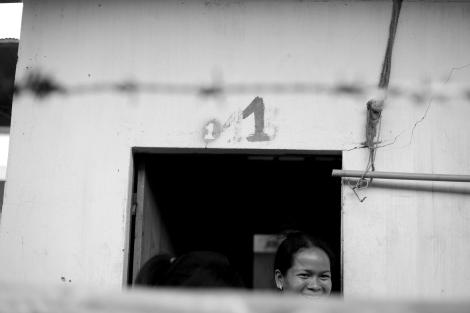 월 25달러짜리 어두컴컴한 방 안에 두서명의 친구들과 함께 사는 소코안(37)은 잔업을 하지 않아도 130달러 기본급을 받는 '스페셜 기술자'다. 그러나 소코안 역시 결과적으로 버는 수입은 150달러가 넘지 않았다. (Photo © Lee Yu Kyung 2013)