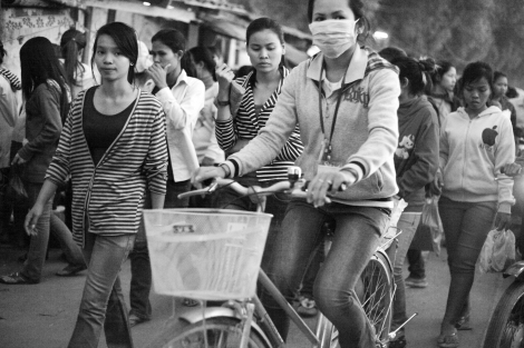 프놈펜 남서쪽에 있는 산업단지 카나디아 공단 서문 쪽으로 두시간 잔업을 마친 봉제공장 노동자들이 쏟아져 나오고 있다. 이들이 잔업으로 받는 수당은 시간당 50센트 (한화 약 550원)이다. (Photo © Lee Yu Kyung 2014)