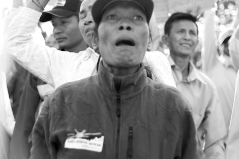 1월 14일 프놈펜지방법원에서 야당인 캄보디아 구국당 (CNRP) 삼랭시 대표와 부대표 캠 소카 그리고 노동운동가 롱 춘 씨등이 법원에 소환조사받는 동안 수천명의 반정부 시위대가 모여 '훈센 퇴진' 구호를 외쳤다. (Photo © Lee Yu Kyung 2014)