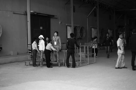 프놈펜 남서쪽 카나디아 공단내 한 공장. 경비원들이 퇴근하는 노동자들의 몸수색을 하고 있다. (Photo © Lee Yu Kyung 2013)